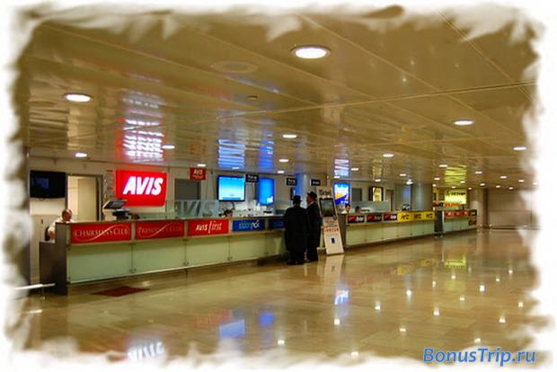 Второй этаж аэропорта - офисы проката автомобилей. Лучше выбрать авто заранее через Rentalcars